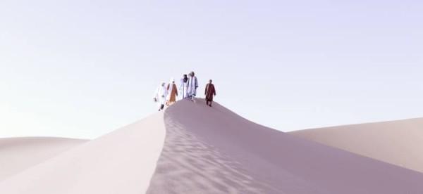 Туареги на върха на пясъчна дюна в Сахара